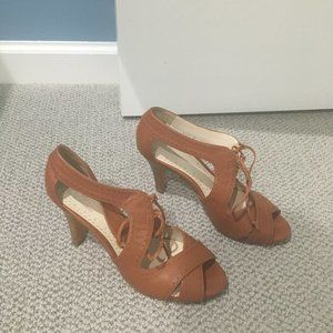 Brooks Brothers tan strappy sandals with open toe.